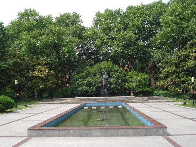郭沫若广场:面北是郭沫若铜像