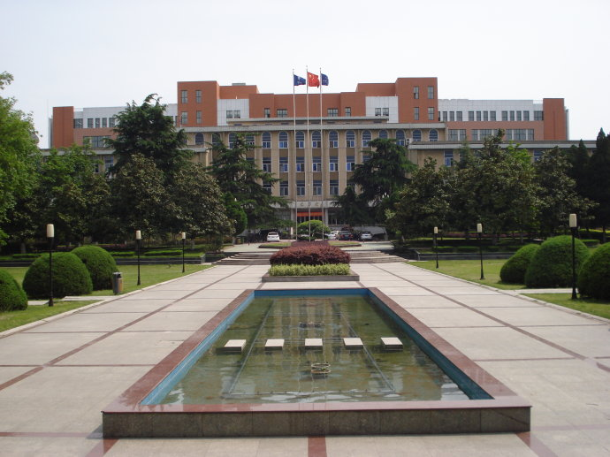 郭沫若广场:面南是升国旗及老图书馆