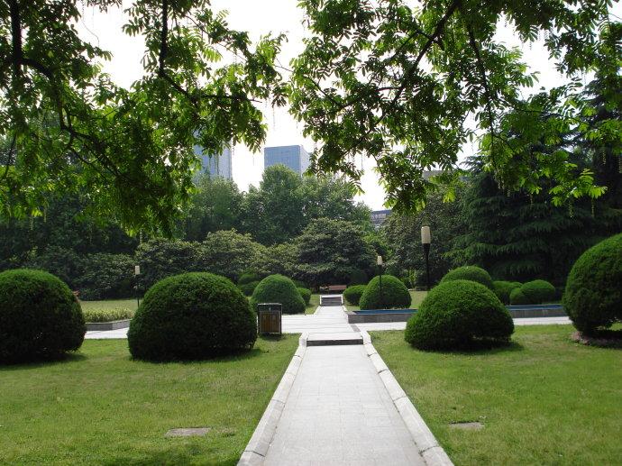 郭沫若广场:两侧草坪